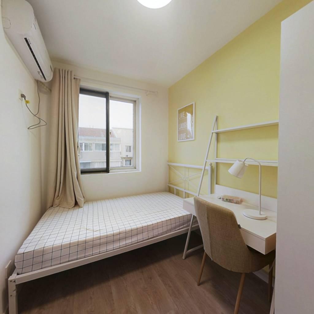 合租·郁金香花苑 4室1厅 南卧室图