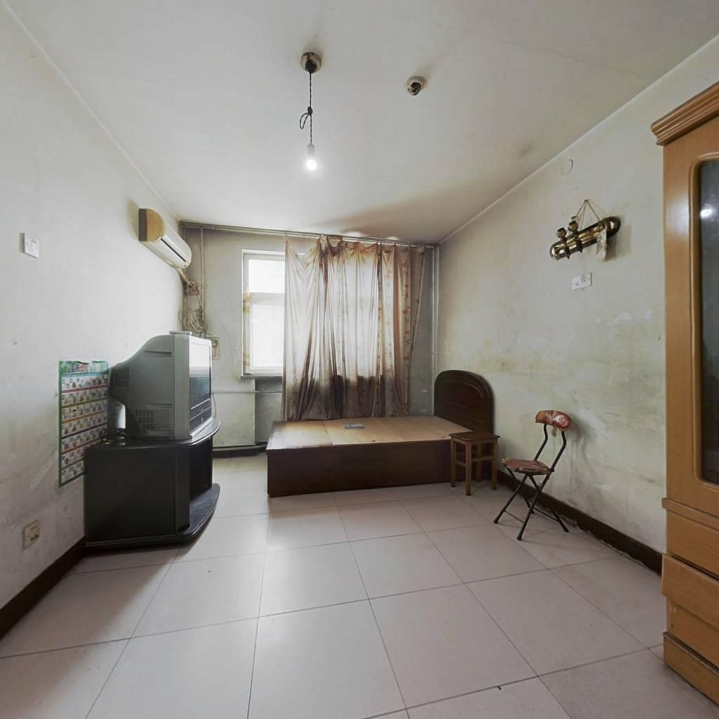 简装小两室  中间楼层,房龄新,近出入口