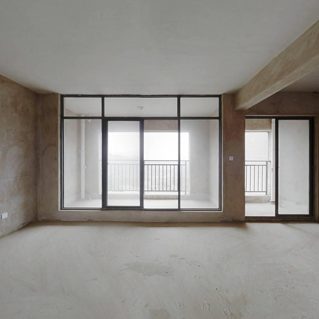 山语锦苑这一套房子不满两年,是一个6卧室的住宅