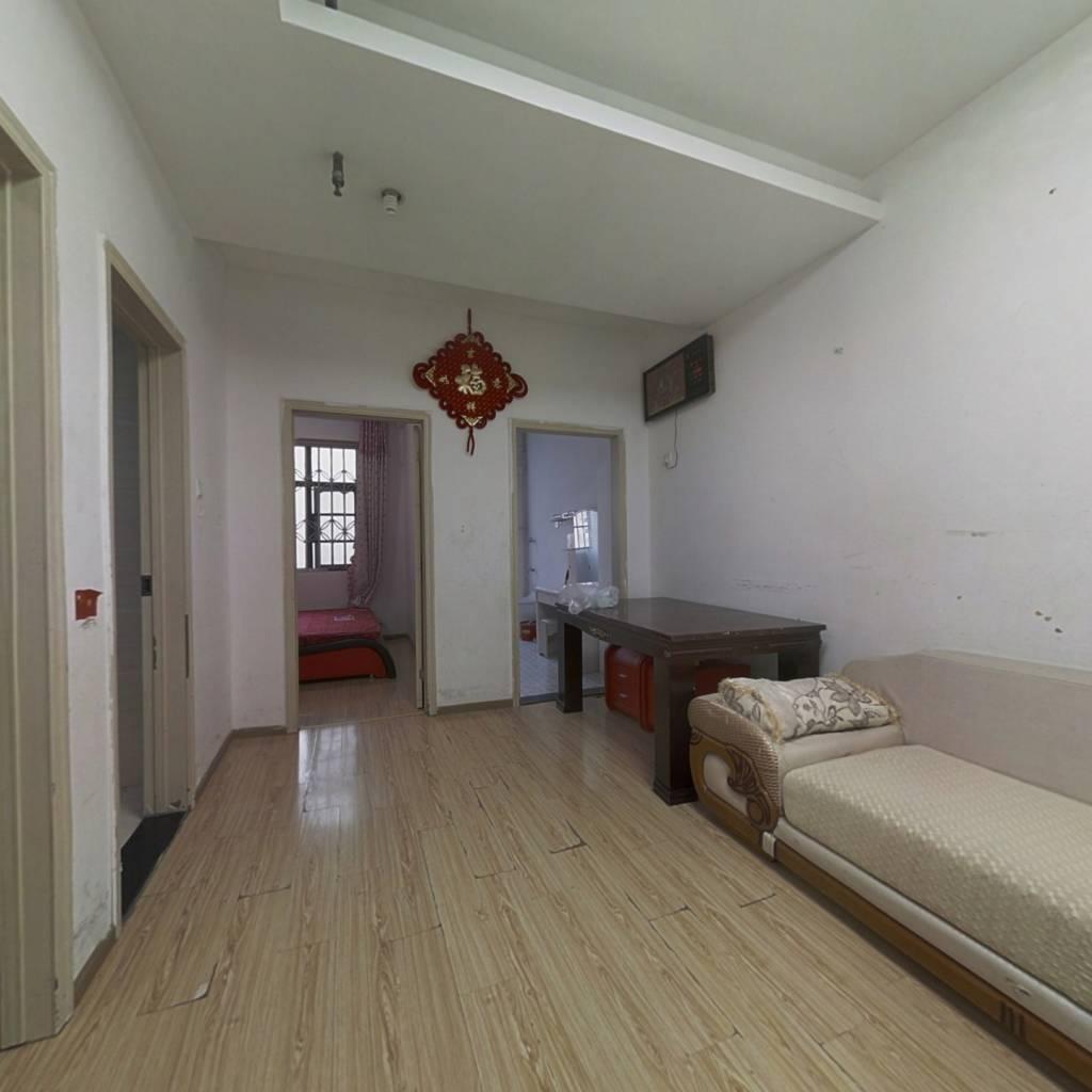 此房精装两房,中间楼层,商圈成熟,房东诚心出售