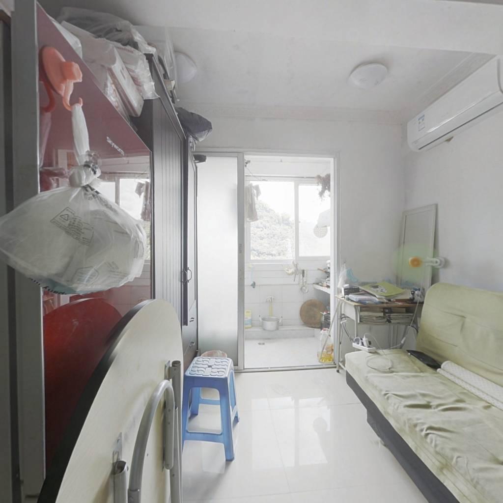 此房总价低费用少,地段好,配套完善,生活方便!