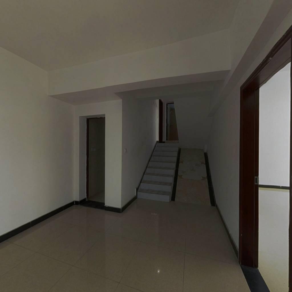 钰馨居三层跃层,户型方正采光好,面积188平带电梯