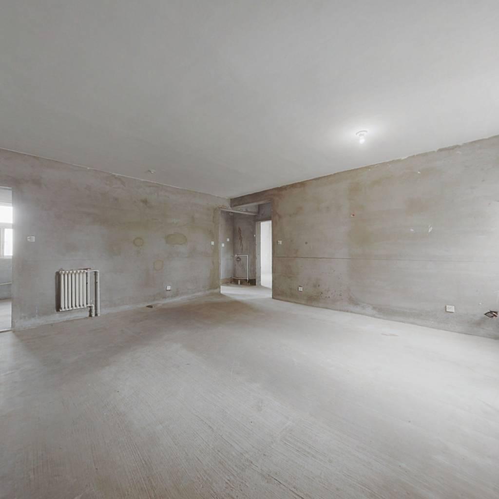 房子位置好紧挨华强丹尼斯商圈,而且价格便宜。