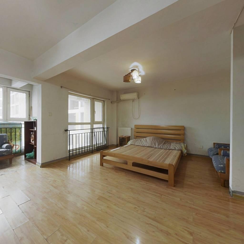 此房为公寓,东向,楼层好,采光充足,户型实用