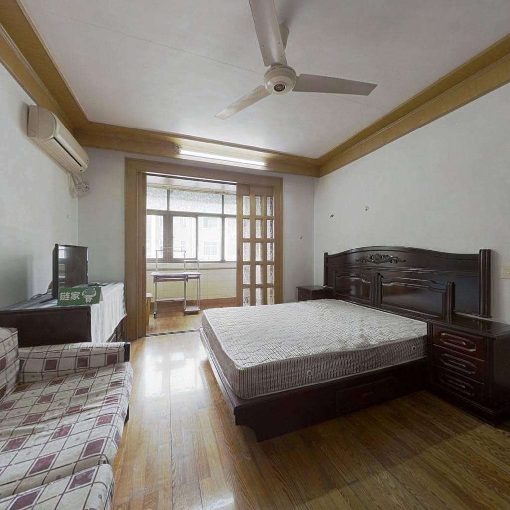 此房诚意出售,位置好,前后无遮挡,采光好