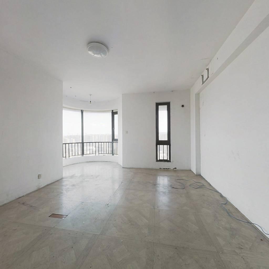 此房是200多方的顶跃 简单装修 带大露台 采光充足