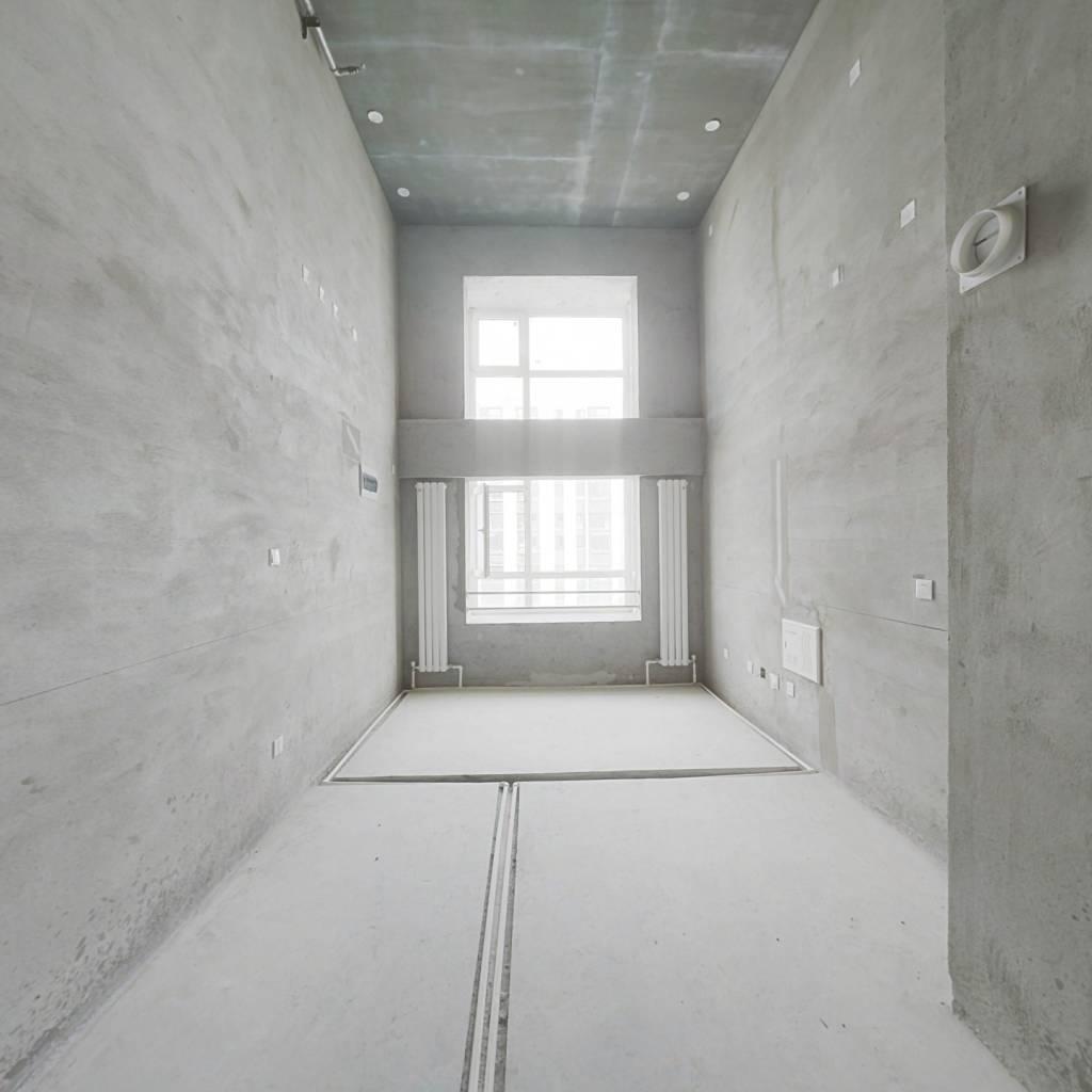 房子是LOFT公寓,层高5.8米,上下两层