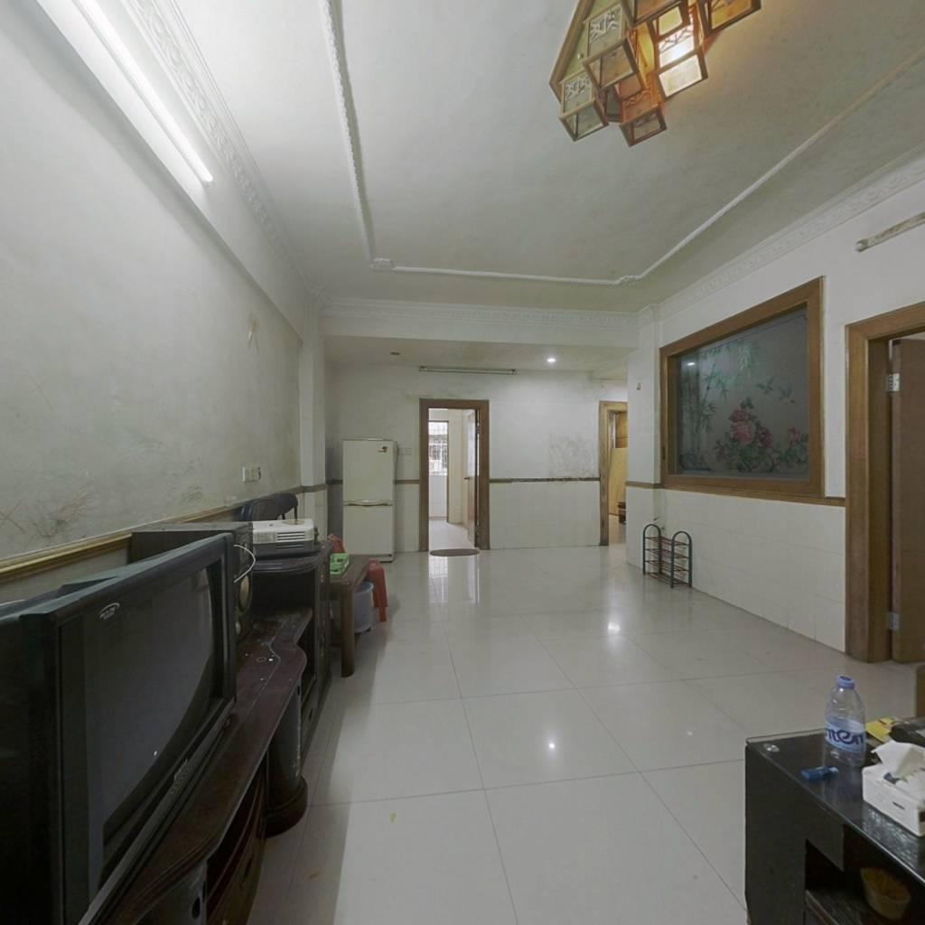 此房满两年,南北对流户型,装修新净,格局方正实用