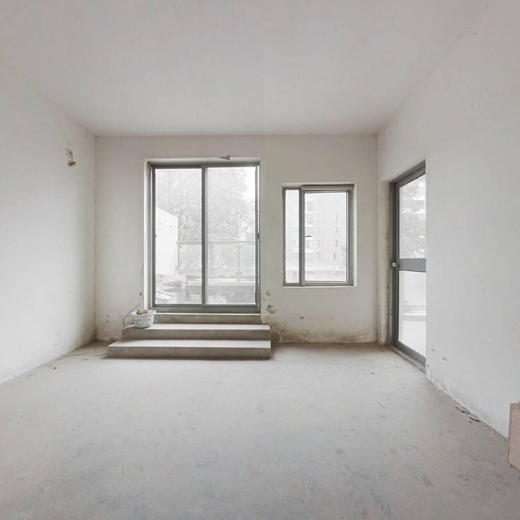 房子是毛坯房,随自己风格装修,三室两卫居住宽敞