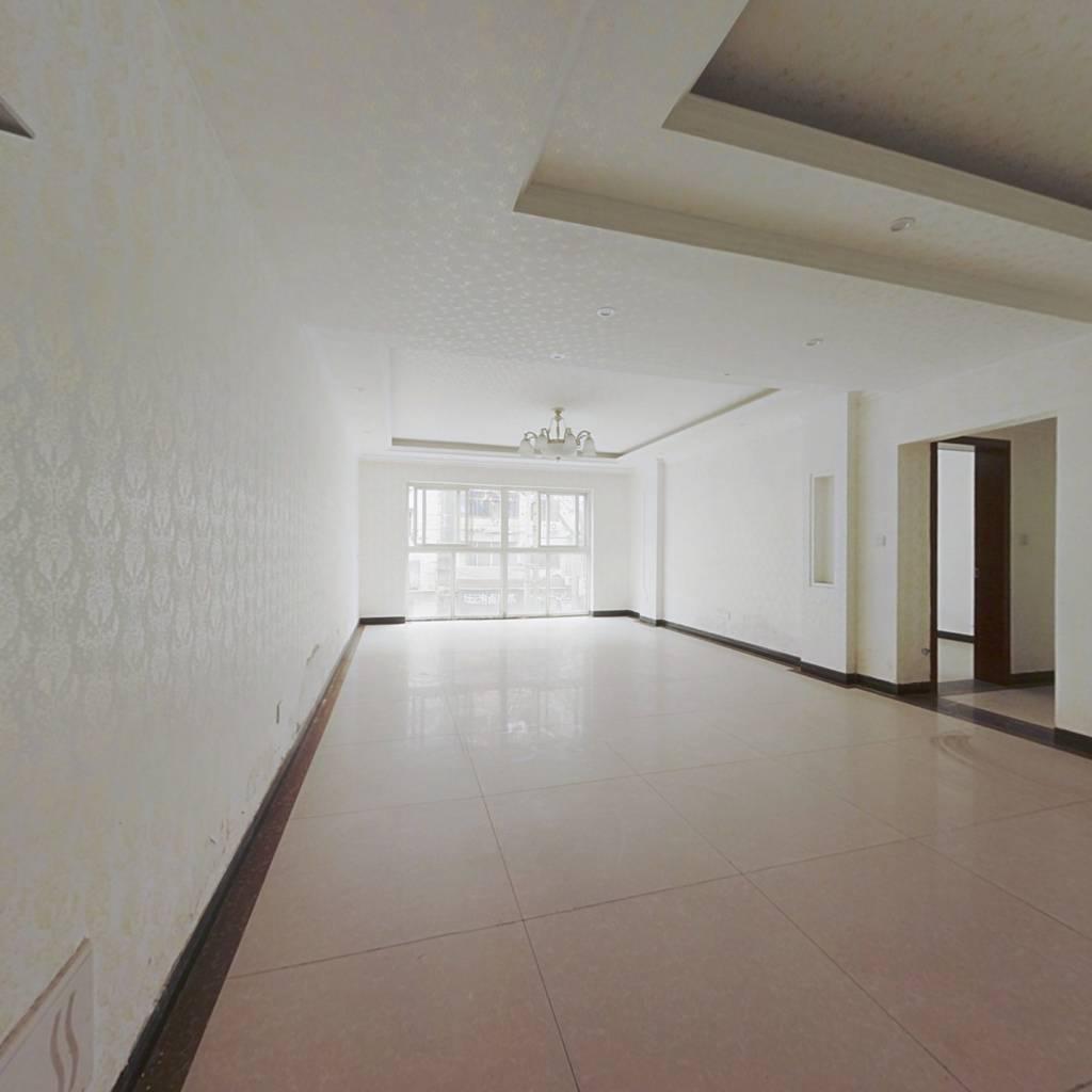 套三双卫,户型方正,简装空房,带小平台。