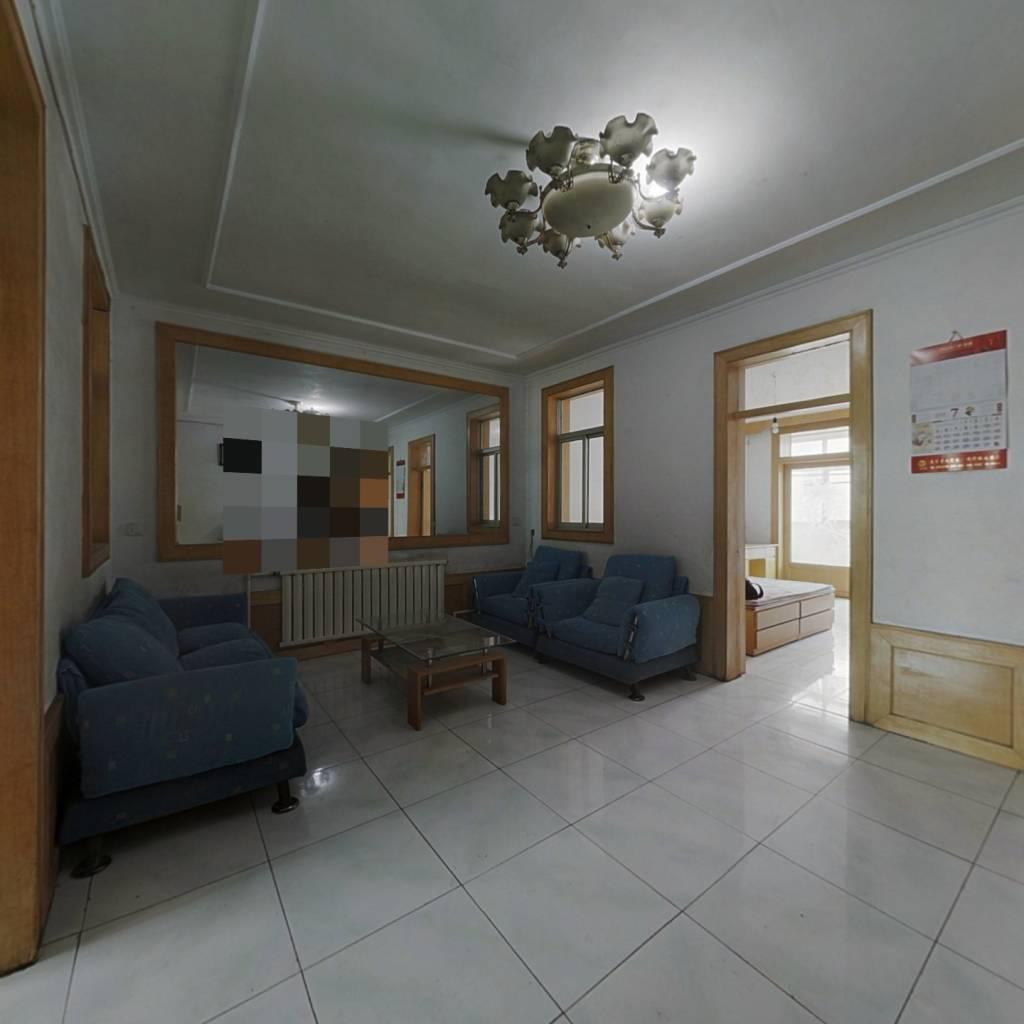 此房中间楼层,采光充足,视野开阔,三室一厅格局。