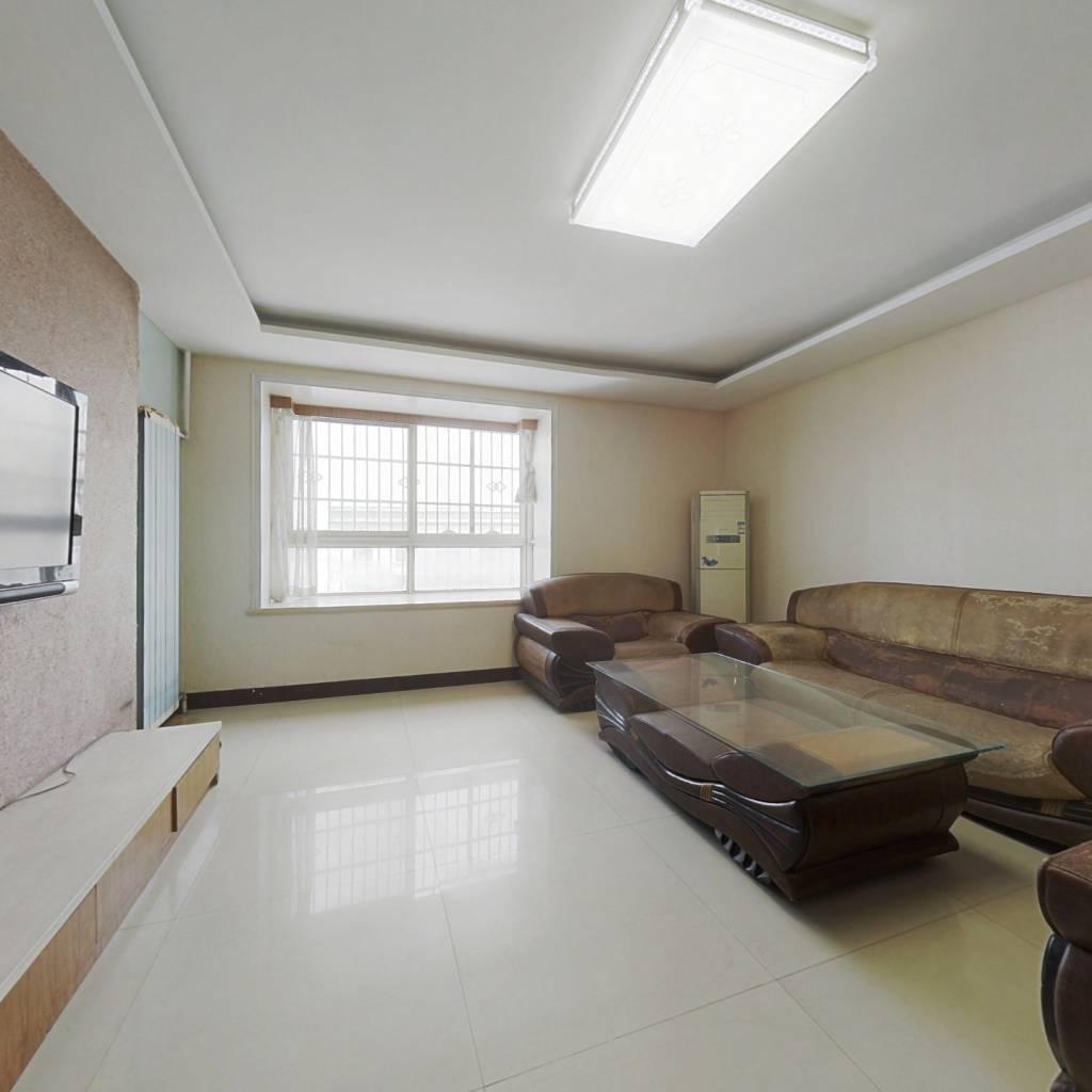 此房简装三室两厅 南北通透 楼层好 视野宽阔 采光充足