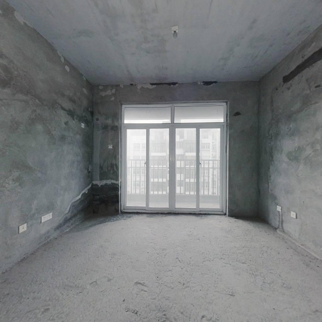 户型方正,中间楼层,出行方便,采光充足。