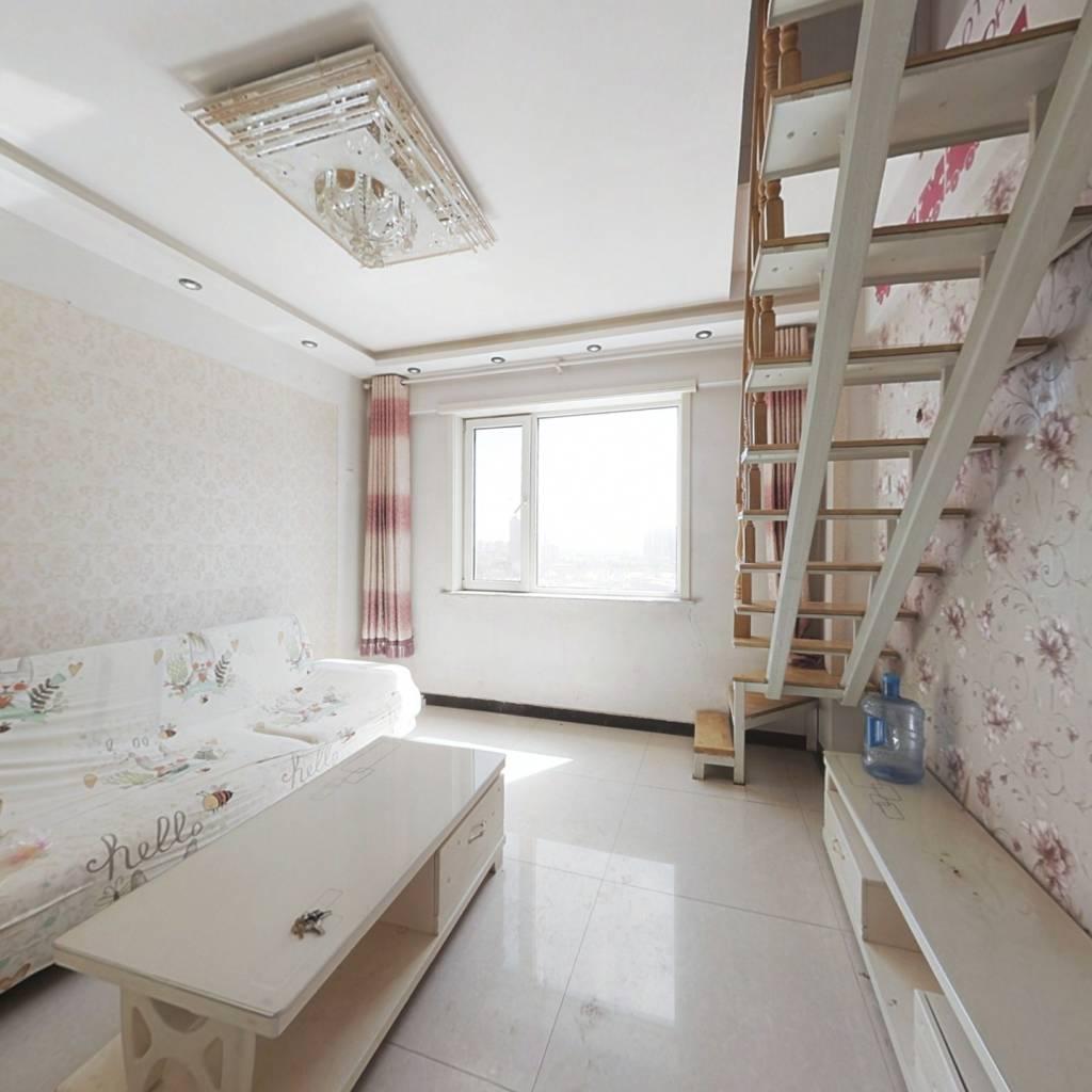 此房是个跃层,楼上卧室,动静分离,交通便利,
