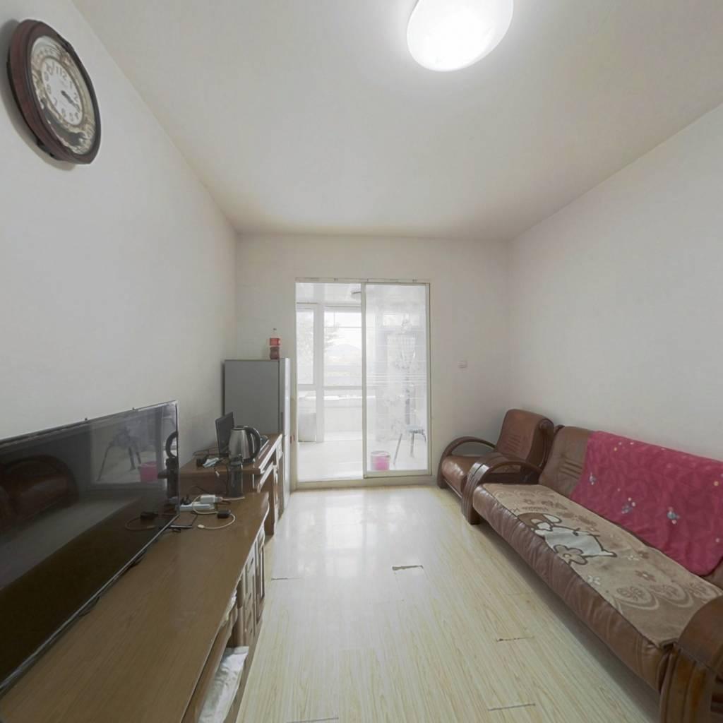 房子是正间纯朝南向,简装修拎包入住位置好带个大阳台