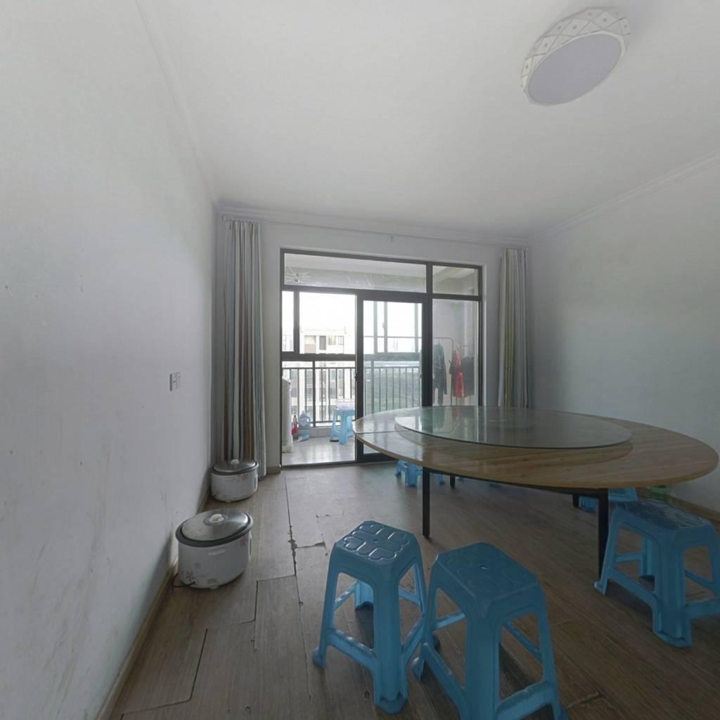 此房满二年,位置好,使用面积多,户型方正,精装.