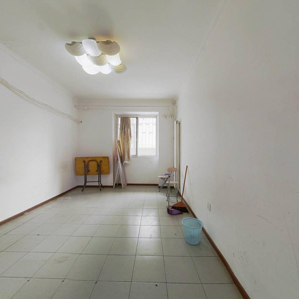 南北通透四居室,户型方正带小院。满五唯一诚意出售