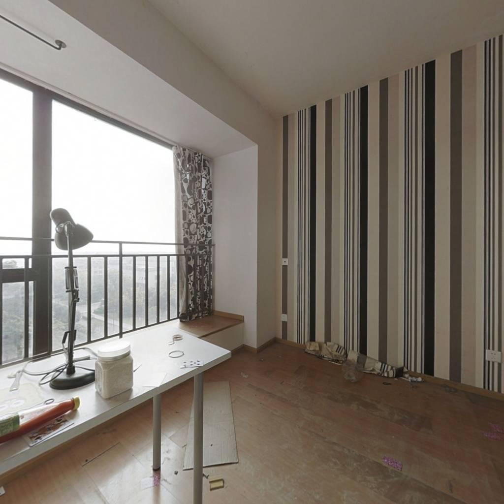 套三横厅,户型方正,楼层适中,带大阳台