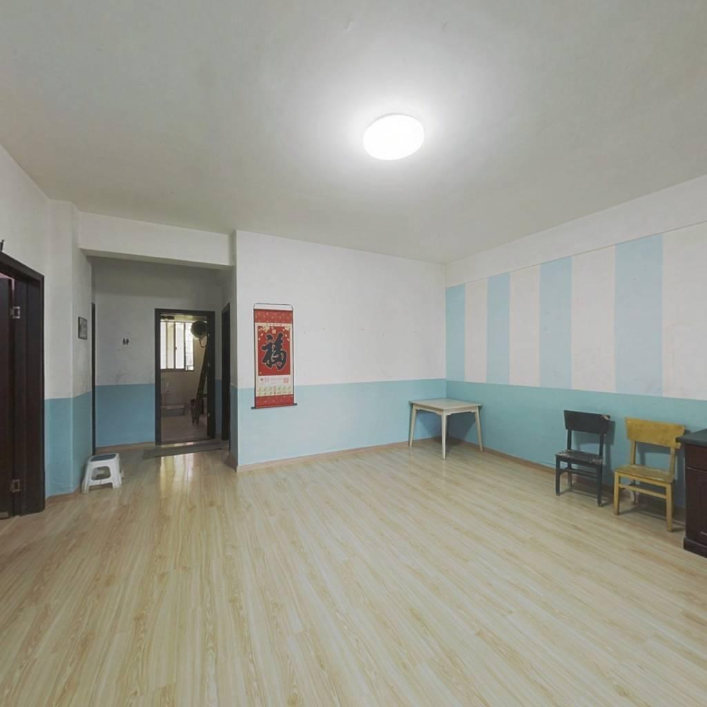 房子简单装修,简洁大方,家具齐全,拎包入住。